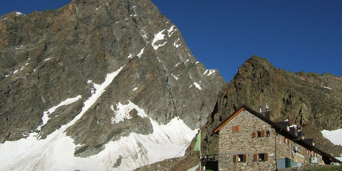 Die Kaunergrathütte vor der Watzespitze, 3533m