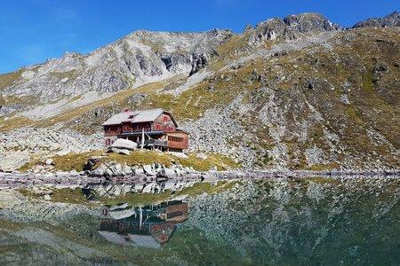 Arthur-von-Schmid-Haus (2281 m) vom Parkplatz Dösner Tal
