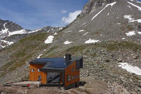 Edelrauthütte (2545 m) vom Neves-Stausee