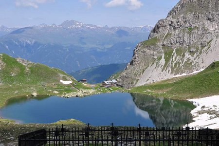 Obstanser Seehütte (2304) und Kriegerfriedhof (2370 m)