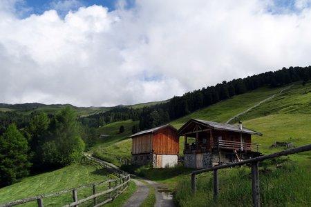 Klausner Hütte (1923 m) über Almenweg vom Parkplatz Kühhof