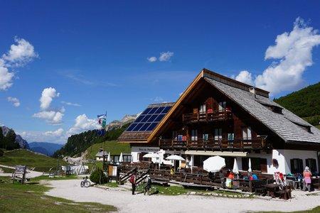 Fodara Vedla Hütte (1980 m) von der Pederü Hütte