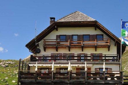 Sennes Hütte (2126 m) von der Malga Ra Stua