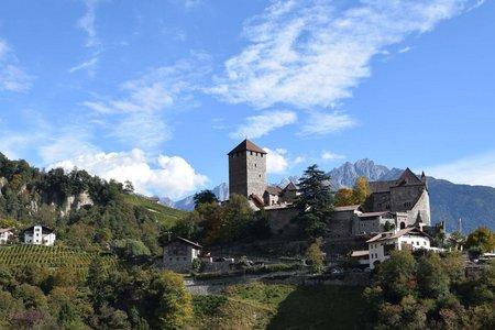 Schloss Tirol und St. Peter vom Dorf Tirol