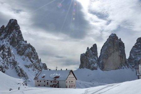 Drei Zinnen Hütte (2405 m) von der Fischleinbodenhütte