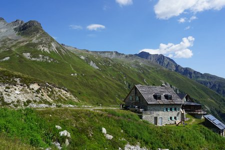Friedrichshafener Hütte (2138m) vom Hüttenparkplatz