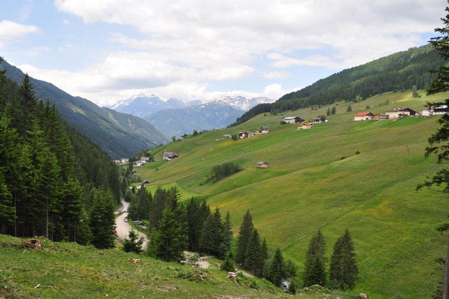 Berghütte am hang gebaut Verglasung deckenhoch Schlafzimmer Panoramablick